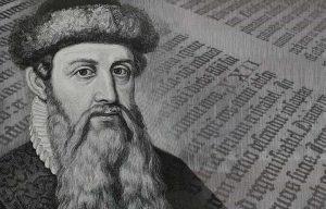 Kopf von Gutenberg mit einer aufgeschlagenen Seite eines gedruckten Buch im Hintergrund