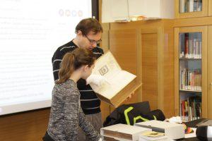 Ein Bild von Dr. Hammerl während er eine Originalhandschrift zeigt.