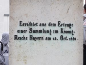Inschrift Statue Aventinus in Abensberg