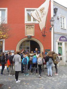 Bild der Schulklasse vor der Gedenktafel an Geburtshaus während ihrer Entdeckertour