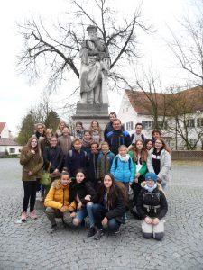 Foto der Klasse 7d mit Dr. Hammerl und Frau Leikauf vor dem Aventinus-Denkmal in Abensberg.