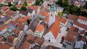 Luftaufnahme des Stadtplatzes mit Kirche