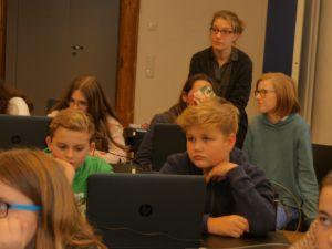 Bild der Schüler während des Workshops beziehungsweise des Vortrags zur Medienkompetenz.