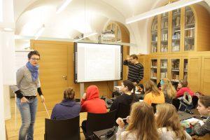 Bild von den Schülern mit Dr. Hammerl und Fr. Then  beim Sammeln von Ideen.