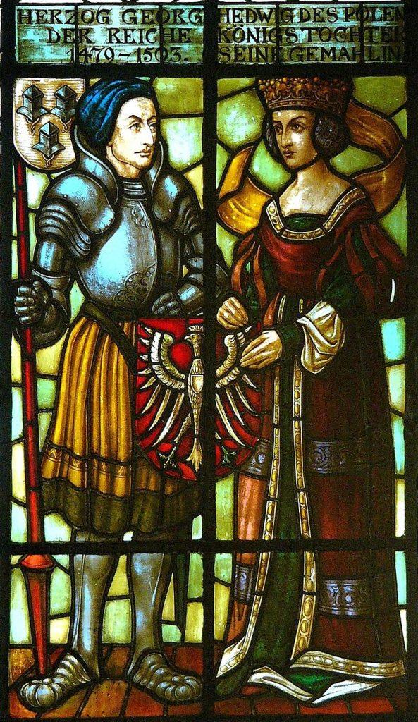 Abbildung von Georg und Hedwig im Fenster im Haupttreppenhaus des Landshuter Rathause