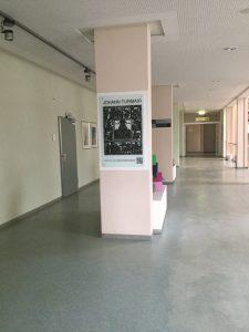 Aventinus Schild in der Aula der JTRS