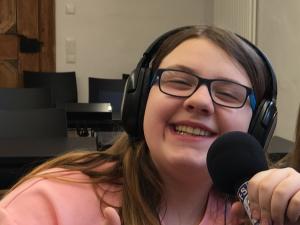 Foto einer Schülerin bei einer Audioaufnahme